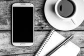 Smartphone med anteckningsboken, reservoarpenna och fika. — Stockfoto