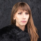 Fashion beauty girl with long hair wears fur coat — Stock Photo