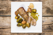 Roast beef cut in slice with broccoli, brussels sprouts and mushrooms  — ストック写真