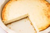 Cheesecake al forno fresco con taglio del pezzo. — Foto Stock