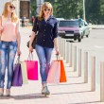 Giovani donne felici con i sacchetti di shopping — Foto Stock #73845675