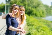 Ragazze graziose dei gemelli che hanno divertimento che osserva via — Foto Stock
