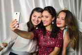 Neşeli gülümseyen kadın grup yapmak selfie — Foto Stock