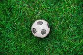 Pallone da calcio vecchio e classico o sfera di calcio sul campo verde — Foto Stock