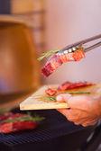 Closeup de carne fresca de bife preparar na churrasqueira — Fotografia Stock