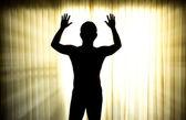İki elini havaya kaldırdı ile teslim adam silüeti — Stok fotoğraf