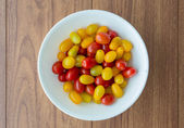 Red and yellow tomatoes in white bowl — Stock Photo