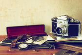 Old camera, antique photographs — Stock Photo
