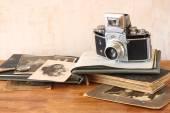 Old camera, antique photographs — Stock Photo