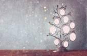 Imagem de vintage antigo quadro clássico da árvore de família na mesa de madeira e glitter luzes de fundo. imagem filtrada — Fotografia Stock