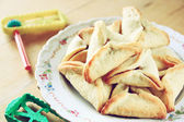 Hamantaschen cookies or hamans ears and noisemaker for Purim celebration (jewish holiday) — Stock Photo