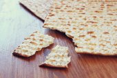 Passover background.matzoh (jewish passover bread) over wooden background. — Stock Photo