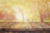Trä styrelsen bord framför sommar landskap med bländning. — Stockfoto