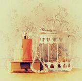 Винтажном стиле фото старых жемчужное ожерелье и духи на фоне цветочный узор. ретро фильтрованного изображения — Стоковое фото