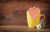 Ahşap masa ahşap bir vintage pembe kalp ile sarı mag — Stok fotoğraf
