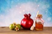 Concetto di Rosh hashanah (Genn festa) - mela miele e melograno sul tavolo in legno. simboli di festa tradizionale. — Foto Stock