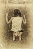 Niña linda jugando en el jardín columpiándose en un columpio. imagen filtrada, foto antigua de estilo — Foto de Stock