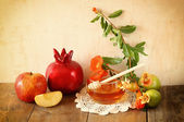 Rosh hashanah (jewesh holiday) concept - honey, apple and pomegranate over wooden table. traditional holiday symbols. — Stock Photo