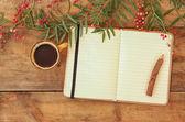 Откройте пустой Винтаж ноутбука и деревянные карандаш рядом с чашка горячего кофе — Стоковое фото