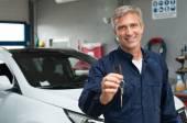 Auto Mechanic Holding Car Key — Stock Photo