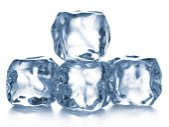 Кубики льда на белом фоне. — Стоковое фото