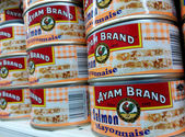 SINGAPORE, 20 SEP: Ayam Brand Salmon Mayonnaise cans are being s — Stock Photo
