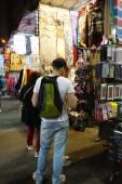 Negozi turistici per affare al prezzo di moda indossano a Mong Kong — Foto Stock