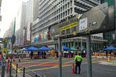 Hong Kong police stands on the junction of Nathan Road to monito — Stockfoto