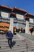 Hong Kong people visit the Wong Tai Sin Buddhist Temple — Stock Photo