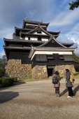 Tourists visit Matsue samurai feudal castle in Shimane prefectur — Stock Photo
