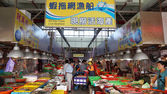 Shoppers visit the seafood market in Donggang — Stock Photo