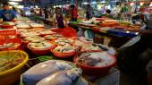 Shoppers visit the famous seafood market — Stock Photo
