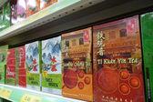 Vários tipos de chá chinês no mercado de varejo — Fotografia Stock