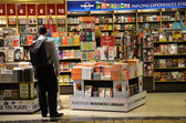 Customers shop for books in Changi Airport — Stock Photo
