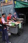 Street vendor cooks at a roadside — Stock Photo
