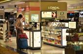 Passengers do some shopping before take off in Changi Airport — Stock Photo
