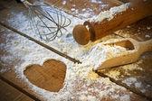 面粉、 擀面杖、 木背景的心 — 图库照片