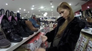 The girl at the store chooses shoes Centro in Ufa, Russia — Stock Video