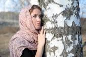 Ragazza russa in una sciarpa in un bosco di betulle si chiuda — Foto Stock