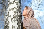 Russian girl in a scarf in a birch forest close up — Stock Photo