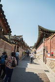 SEOUL, SOUTH KOREA - MAY 16 Bukchon Hanok Village in South Korea on May 16, 2015 in Seoul, South Korea. Bukchon Hanok Village which have Old beautiful house in korean style — Stock Photo