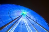 Lights shine from giant spinning wheel — Stock Photo