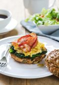 Bacon,Egg and Spinach Sandwich breakfast — Stok fotoğraf