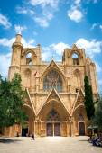 Unidentified people in front of church in Famagusta, Northern Cyprus — Stock Photo