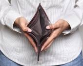 Person holding an empty wallet - showing bankcruptcy — Foto de Stock