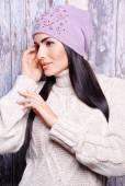 冬の帽子でブルネットの女性 — ストック写真