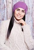 Mujer morena en invierno sombrero — Foto de Stock