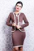 Belle femme brune en robe élégante — Photo