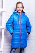 Mała dziewczynka jesień ciepły płaszcz — Zdjęcie stockowe