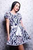 Vacker kvinna i elegant klänning — Stockfoto